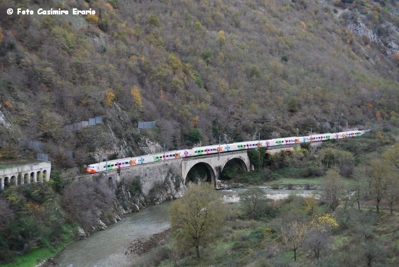 Etr450 in livrea &;trenok&; corre lungo le sponde del fiume platano e